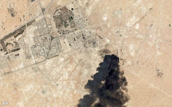 サウジのアブカイクの石油施設は無人機で攻撃され、サウジ・米国とイランの間の緊張が高まっている=AP