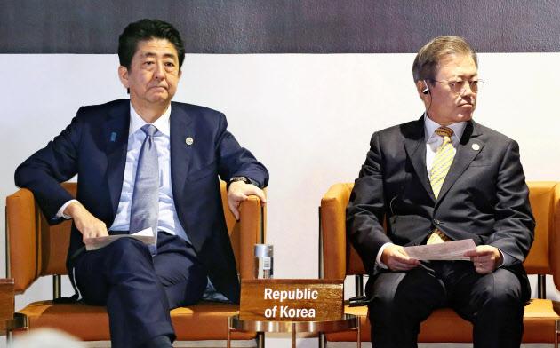 最後は首脳外交での決着しかないだろう。APEC首脳会議の関連会合に臨む安倍首相(左)と韓国の文在寅大統領=2018年11月17日、パプアニューギニアのポートモレスビー(代表撮影)=共同