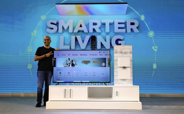 ネット機能がついたスマートテレビを購入する世帯が増えている(17日、中国・小米の製品発売をインド・バンガロールで発表する同社幹部)=AP