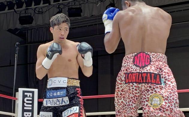 再起戦で6回TKO勝ちした伊藤雅雪(左)
