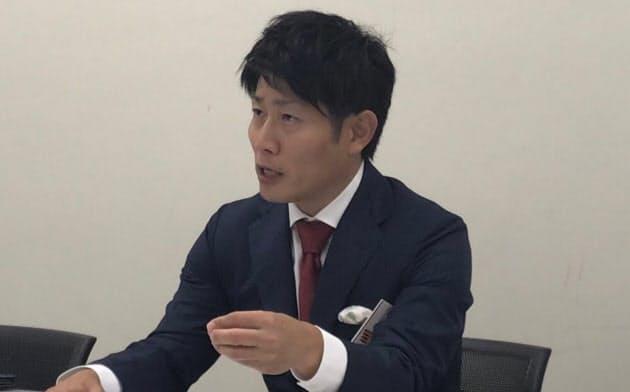 記者会見するサイバー・バズの高村彰典社長(19日午後、東証)