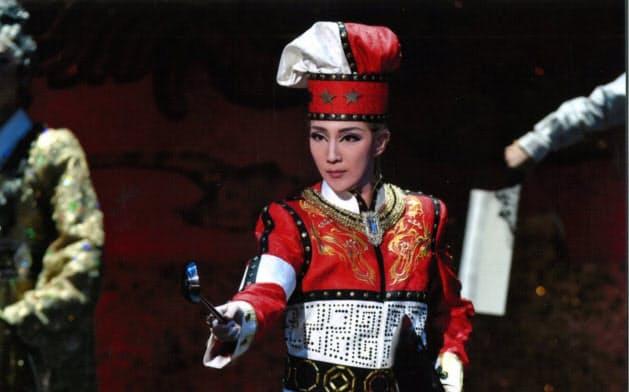 天才料理人にふんした紅ゆずる(C)宝塚歌劇団