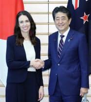 会談を前にニュージーランドのアーダーン首相(左)と握手する安倍首相(19日午前、首相官邸)