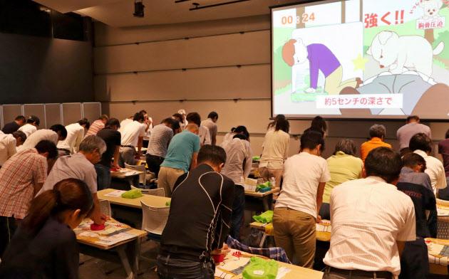 講習会では機器を使った胸骨圧迫の練習も行う(9月9日、大阪市北区)