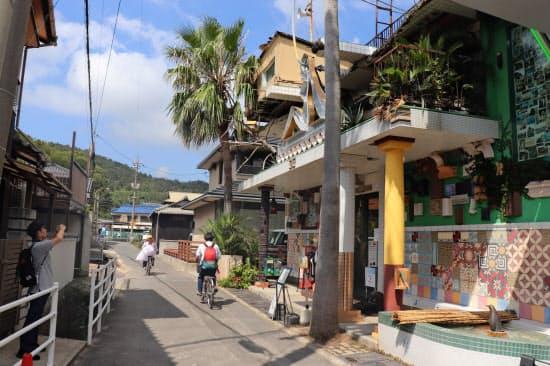 直島町の地価の上昇地点の近くに瀬戸芸の作品があり、観光客が行き交う(右側の建物が瀬戸芸の作品、直島銭湯「I●(ハートマーク)湯」)