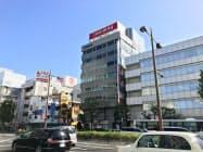 岡山県の商業地で最高価格・最大上昇率地点だった、JR岡山駅近くの岡山市北区錦町の「両備ビル」(中央)