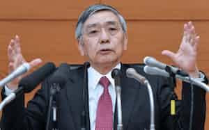 金融政策決定会合後、記者会見する日銀の黒田総裁(19日、日銀本店)