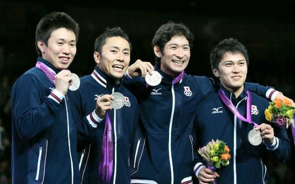 ロンドン五輪の男子フルーレ団体で銀メダルを獲得した(左から)淡路、太田、三宅、千田