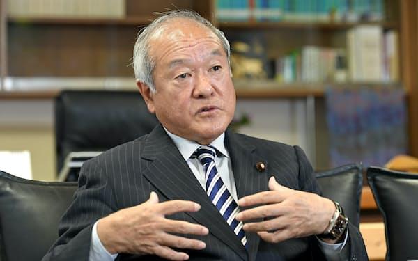 インタビューに答える自民党の鈴木俊一総務会長