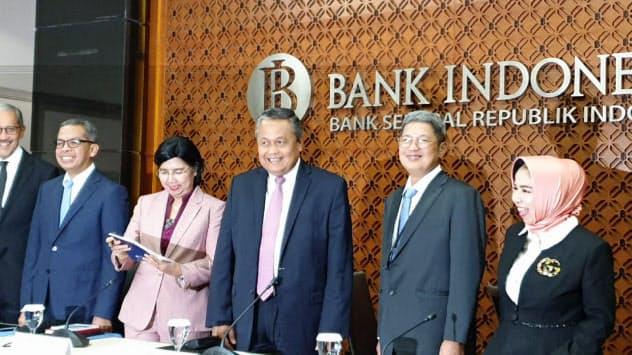 19日、記者会見に臨むインドネシア中央銀行のペリー総裁(中央)