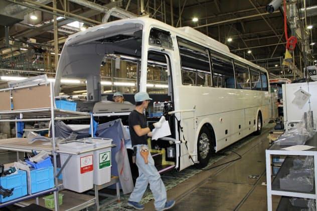 製造現場の課題は高校新卒者の確保だ(三菱ふそうバス製造の組み立てライン、富山市)