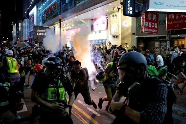 繁華街で衝突が頻発して消費に影響が出ている(15日、香港)=ロイター