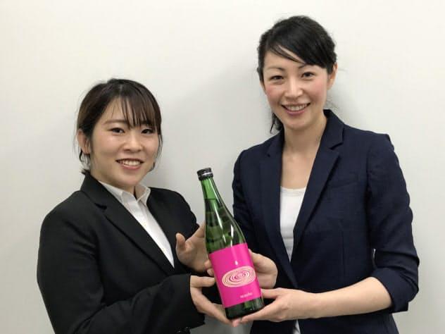 若者向けに企画した日本酒を手にする天山酒造の坂本さん(左)と釘本さん