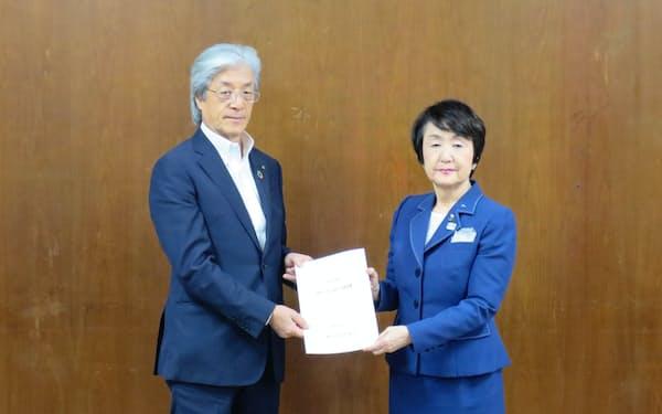 上野孝会頭(左)が林文子市長に要望書を提出した(19日、横浜市役所)