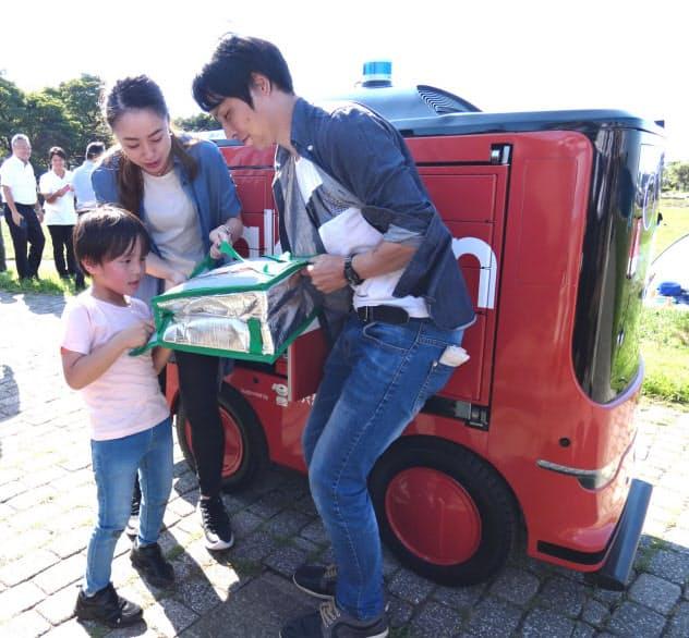 無人配送車が商品を公園まで自動で配送する (19日、横須賀市内)