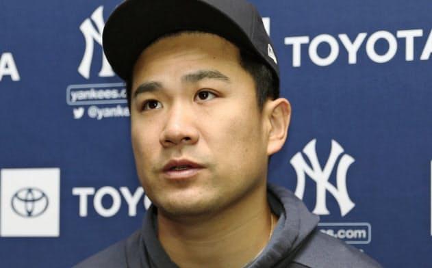 試合前、記者の質問に答えるヤンキース・田中(18日、ニューヨーク)=共同