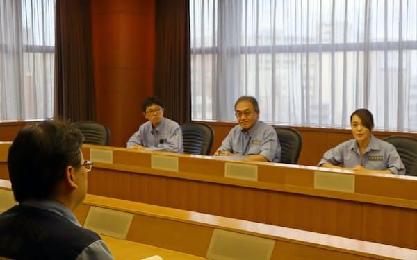 千葉県から台風被害の説明を受ける今井内閣府政務官(右)(19日、千葉県庁)