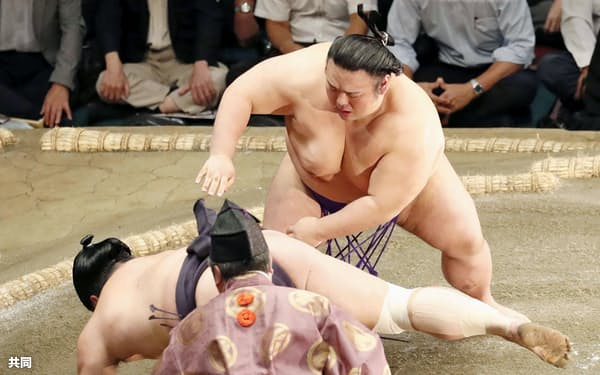 貴景勝(上)が突き落としで妙義龍を下す(19日、両国国技館)=共同