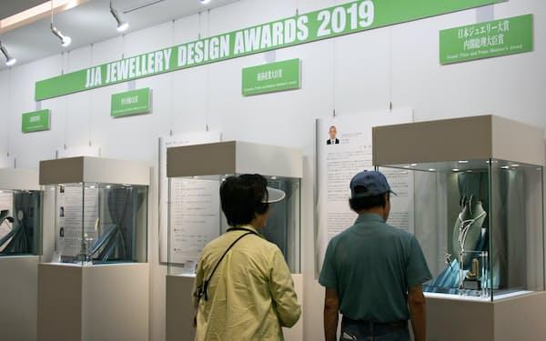 JJAジュエリーデザインアワード2019の入賞作品を一般公開している(18日、山梨ジュエリーミュージアム)