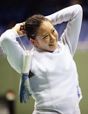 女子エペで初優勝し、笑顔を見せる原田紗希(19日、駒沢体育館)=共同