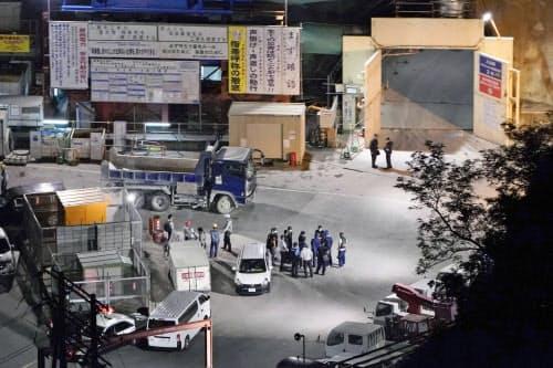 作業員が救急搬送され、駆けつけた警察官らで騒然とする関西電力高浜原発の構内(19日午後6時48分、福井県高浜町)=共同