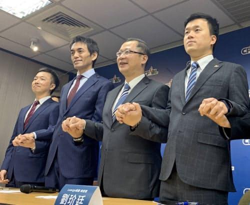 台湾のプロ野球団ラミゴの買収を発表した楽天アジアの渡辺氏(左から2番目。19日、台北市内)