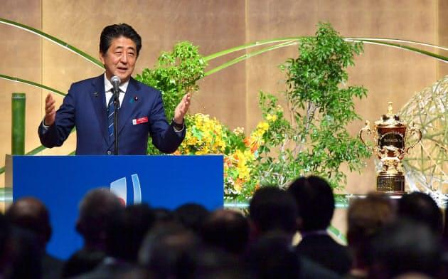 ラグビーワールドカップ2019日本大会ウェルカムパーティーであいさつする安倍首相(19日、東京都港区)=代表撮影