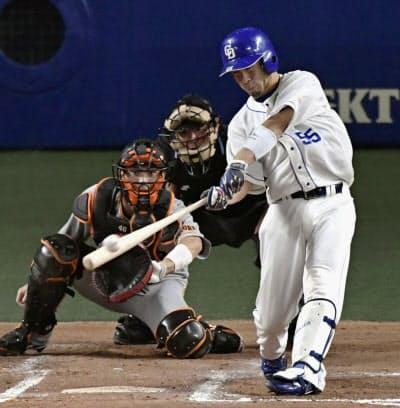 6回中日2死二塁、福田が左翼線に同点二塁打を放つ。捕手大城(19日、ナゴヤドーム)=共同