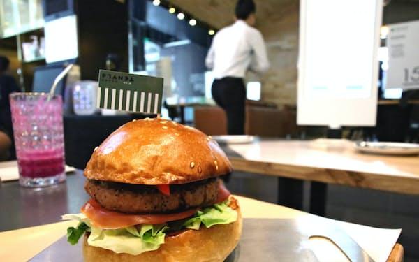 プラネットグリーンの人工肉ハンバーガー(17日、広東省深圳市内のレストラン)