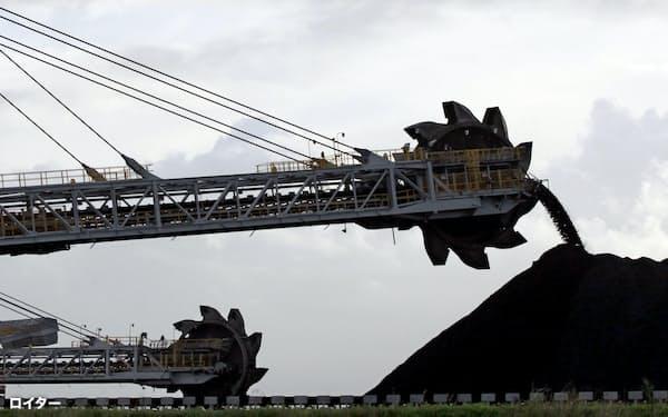 日本は発電用石炭の大半をオーストラリアに依存する(豪州の積み出し港)=ロイター