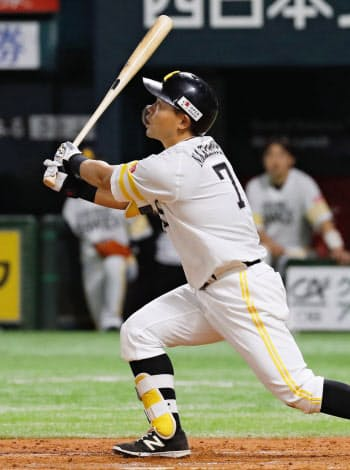 8回ソフトバンク1死二、三塁、中村晃が勝ち越しの右犠飛を放つ(19日、ヤフオクドーム)=共同