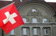 スイス中銀は主要国では最も深いマイナス金利を採用している=ロイター