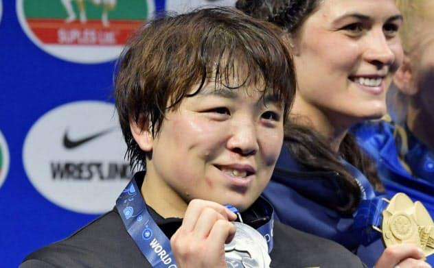 女子76キロ級で2位となり、表彰式で銀メダルを手にする皆川博恵(19日、ヌルスルタン)=共同