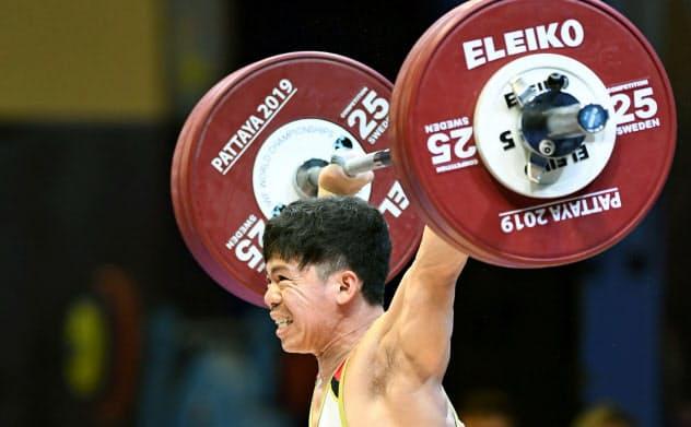 男子61キロ級 スナッチの2回目で135キロに成功した糸数陽一(19日、パタヤ)=共同
