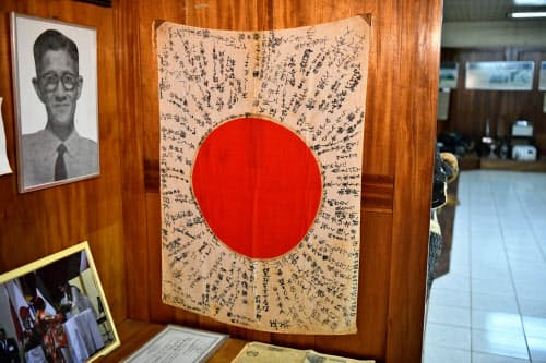 移民への寄せ書きが書かれた国旗。多くの移民は貧しい農家だった(ブラジル北部トメアス)