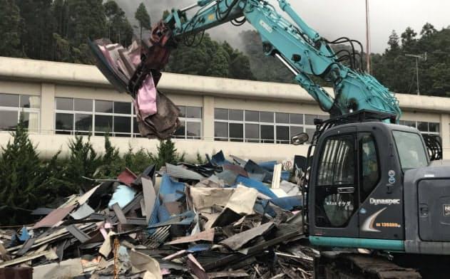 災害ごみの仮置き場では受け入れをいったん中止し、処理業者が搬出作業を行っていた(18日、千葉県南房総市)