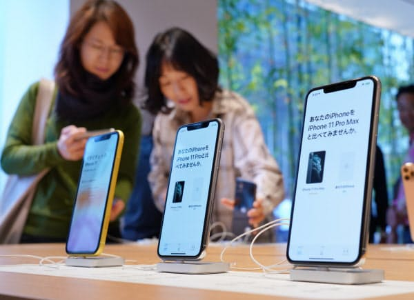 発売され、店頭に並ぶ新型iPhone「11」シリーズ(20日午前、東京都千代田区)
