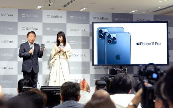 新型iPhone発売のイベントで話すソフトバンクの榛葉淳副社長(左)(20日午前、東京都中央区)