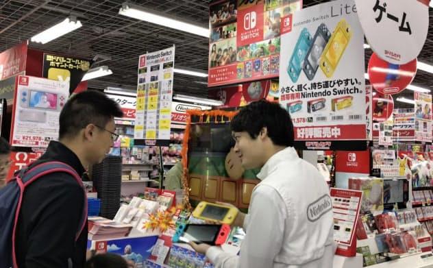 午前9時半の開店にあわせて多くの購入客が駆けつけた(20日、大阪市のヨドバシカメラマルチメディア梅田)