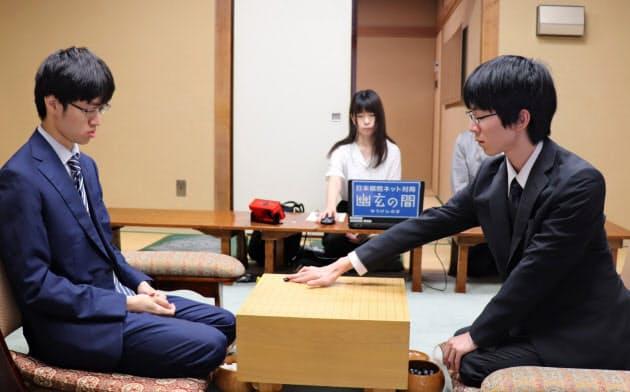 挑戦者決定戦で初手を打つ芝野八段(右)。(20日午前、東京都千代田区)