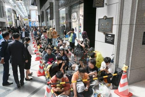 リニューアルオープンを前に、大丸心斎橋店本館に並ぶ人たち(20日午前、大阪市中央区)