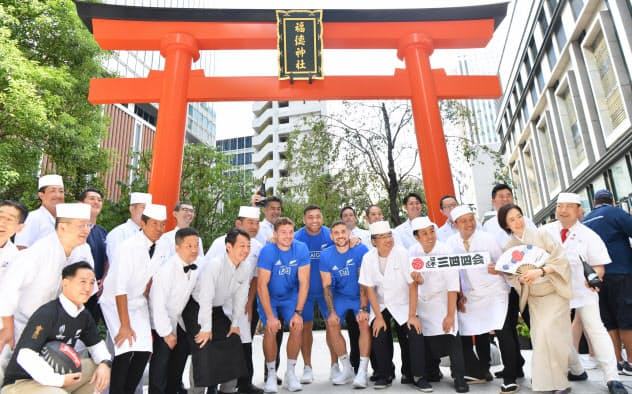 オールブラックスの選手が日本橋の神社訪問