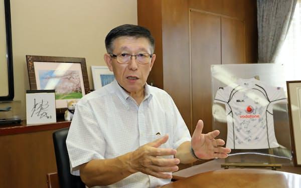インタビューに答える秋田県の佐竹敬久知事