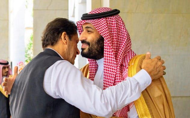 19日、サウジを訪れたカーン・パキスタン首相(左)を出迎えるムハンマド・サウジ皇太子(ジェッダ)=サウジ王室提供・ロイター