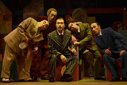 シアターコクーンで串田和美作・演出「もっと泣いてよフラッパー」(2014年)に出演した松尾スズキ(中央)=細野 晋司撮影