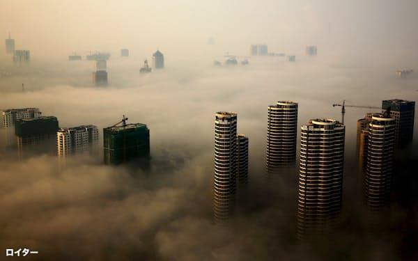 大気汚染は長い目でみて健康被害を引き起こすだけでなく、すぐさま生産性を下げることもわかってきた=ロイター