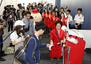 中部国際空港の第2ターミナルが開業し、新千歳行きの便に乗り込む人たち(20日、愛知県常滑市)