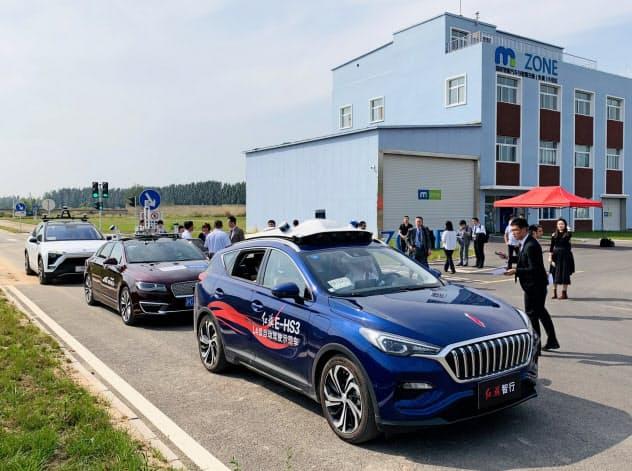中国の自動運転開発車に試乗する日本企業などの技術者(北京市)