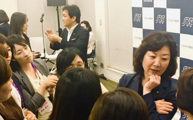 野田氏は全国から集まった政治家を目指す女性と積極的に懇談した
