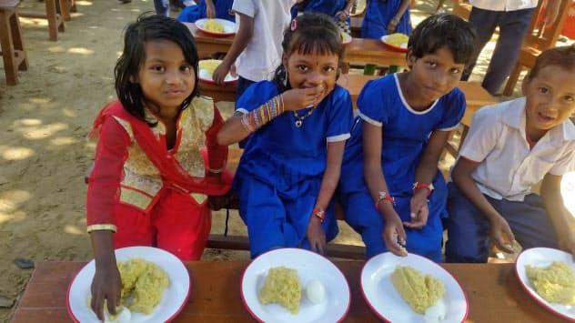 飲食店予約アプリを使うと予約1人につき30円が発展途上国の給食支援に(バングラデシュの学校)